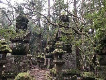 Blick auf alte Gräber auf dem Koyasan