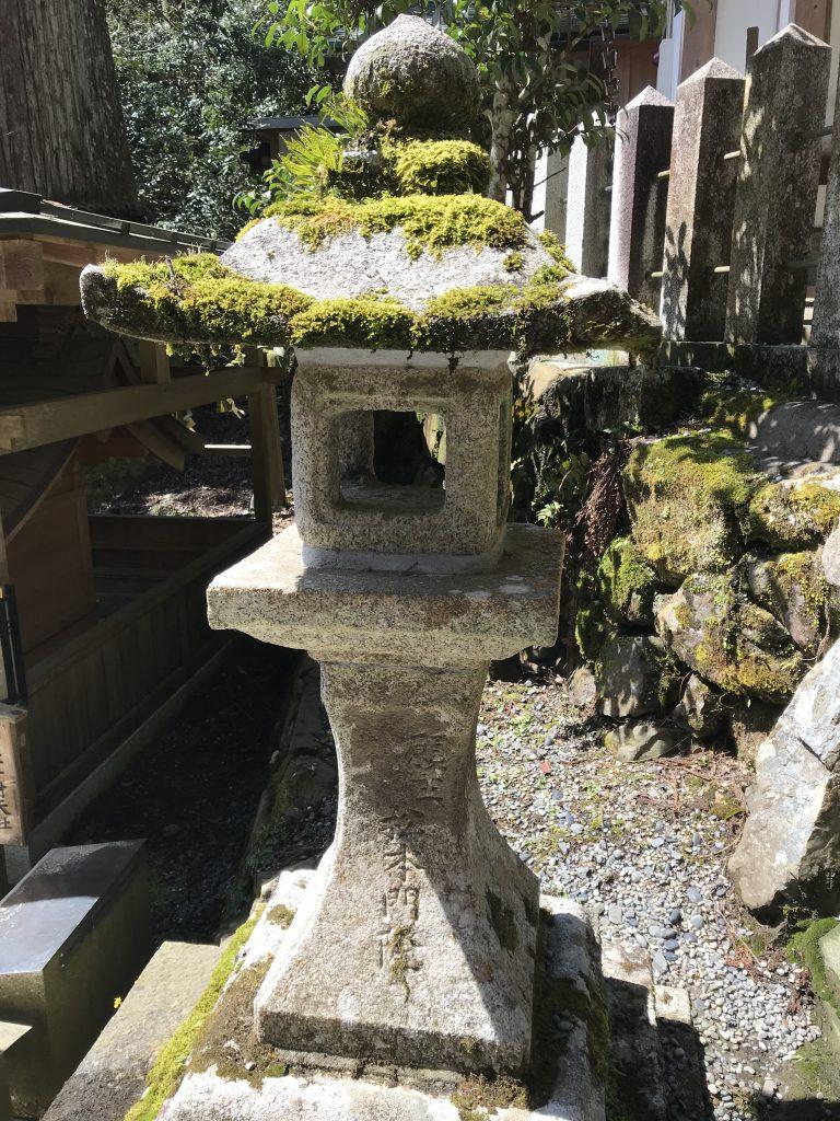 bemooste Laterne im Kurama Tempel